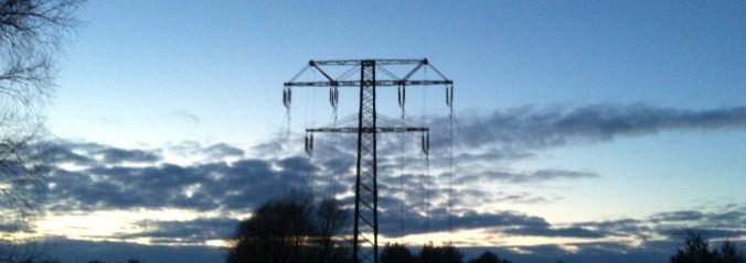 Strommast im Winter ohne Netz